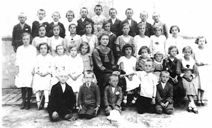 Molidorf school - Class of 1926<br>Click to enlarge