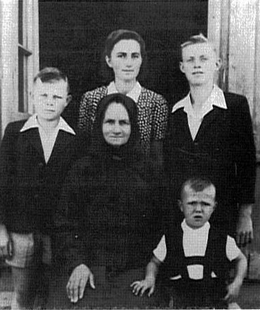 Katharina Becker nee Geml with grandchildren - house #198<br> Click to enlarge